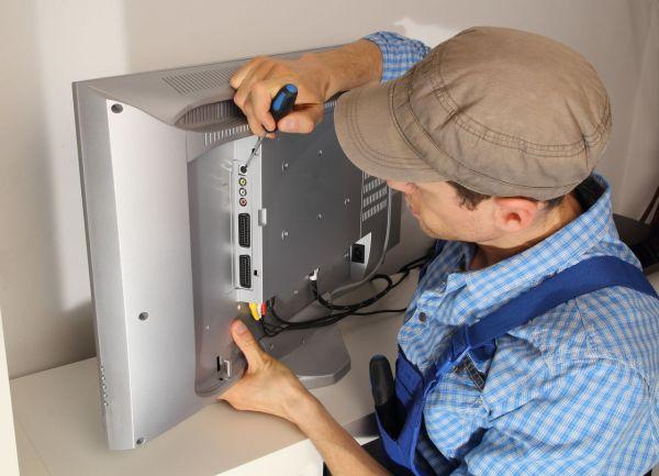 Телемастер ремонтирует телевизор