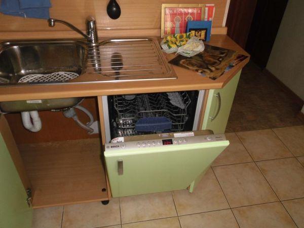 Посудомойка, встроенная в кухонный гарнитур под столешницу